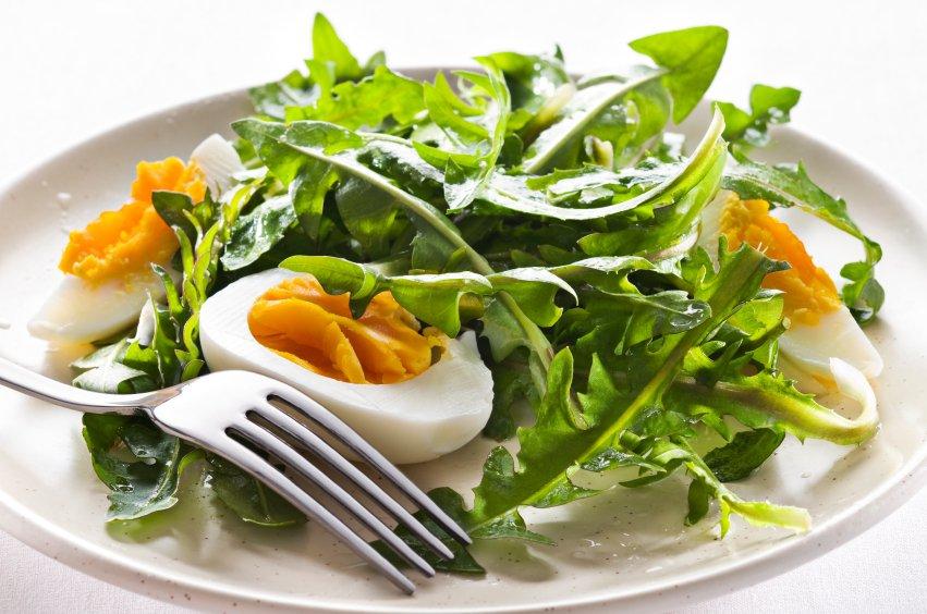 Na beljakovinski dan si za kosilo privoščimo solato s trdo kuhanimi jajci.