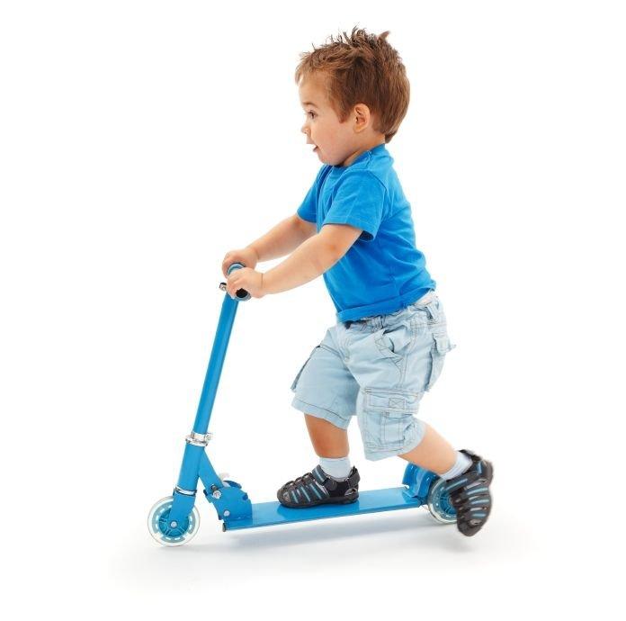 Ko otrok dopolni dve leti, se lahko preizkusi v vožnji s skirojem.