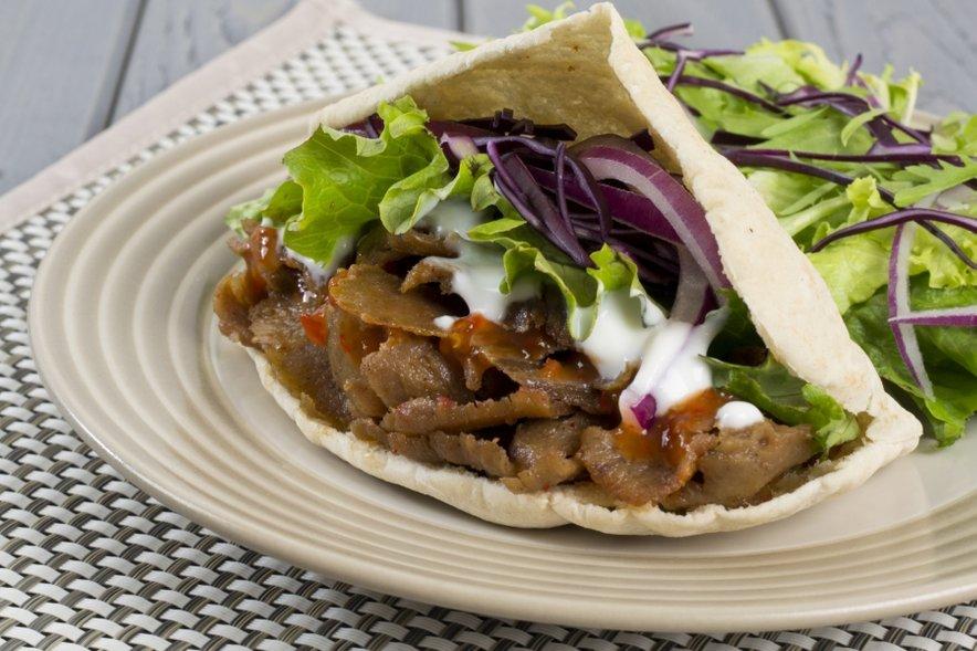 Čeprav se komu zdi, da kebab sploh ni tako nezdrava hrana, saj vsebuje 'zgolj meso in zelenjavo', je vse prej kot zdrav.