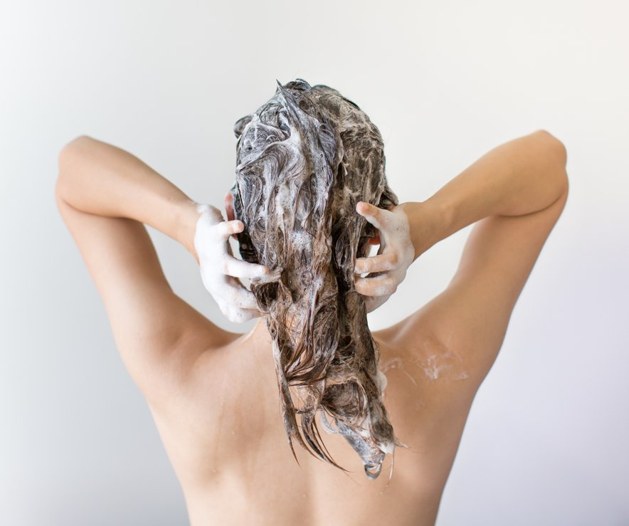 Pogosto umivanje las izpere naravno plast maščobe na lasišču, zaradi česar nastaja le še več maščobe.