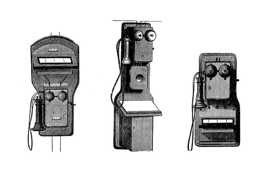 Prvi telefoni (od leve proti desni): telefon, ki ga je oblikoval Ader-Van Rysselberghe, drugi je Blake-Bellov telefon, tretji pa še en, ki ga je oblikoval Ader-Van Rysselberghe.