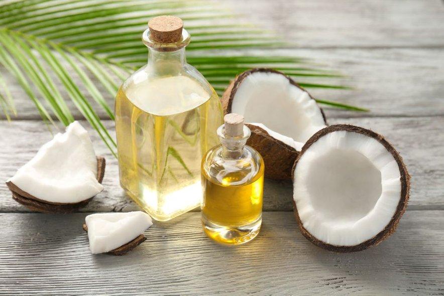 Enkrat ali dvakrat na teden uporabite manjšo količino kokosovega olja, v velikosti graha, in jo nežno vmasirajte v obraz.