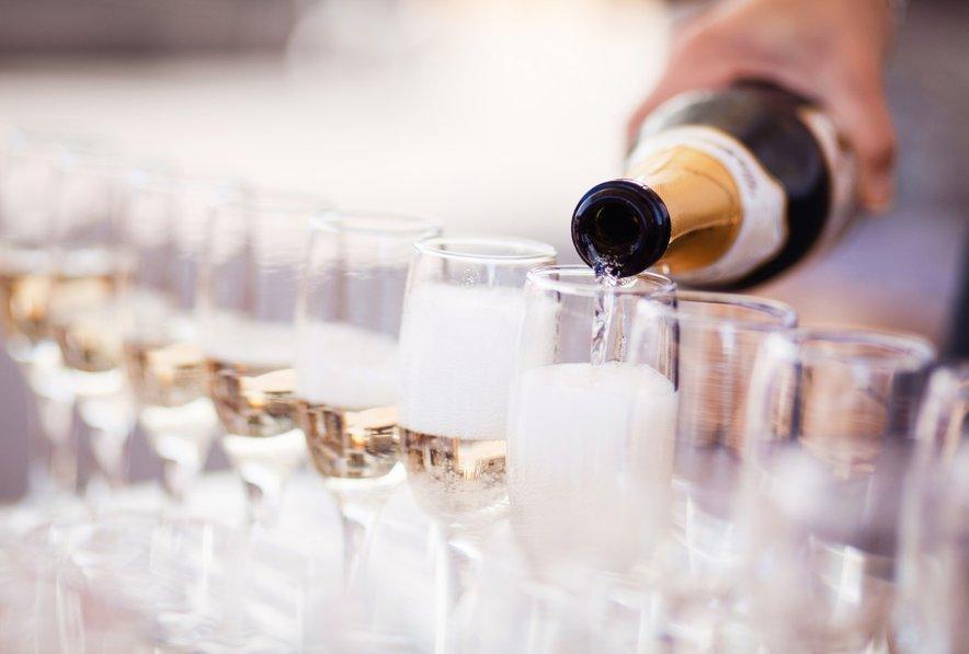 V nakup pijače se lahko podata sama, v kolikor vama gostinec dovoli imeti svojo.