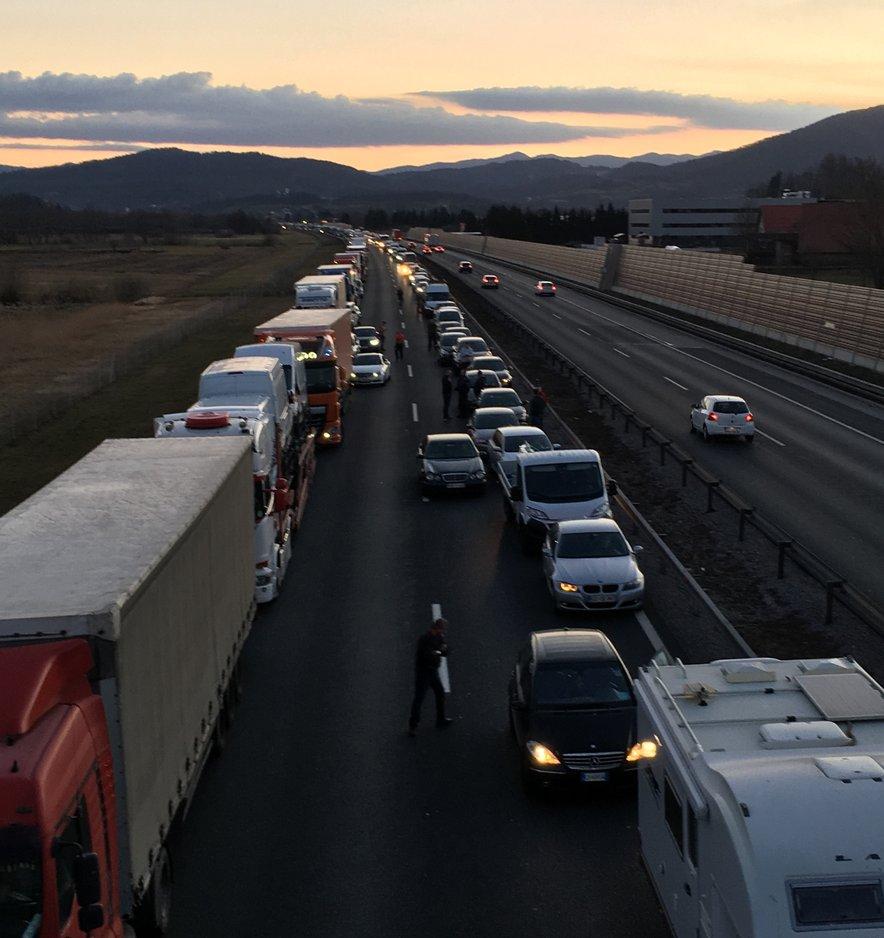 Zaradi dveh prometnih nesreč je nastal daljši zastoj.