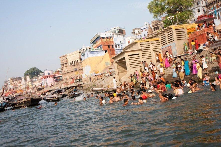 Varanasi je mesto smrti in življenja ob reki Ganges, kjer se med drugim nahaja sežigališče mrvih.
