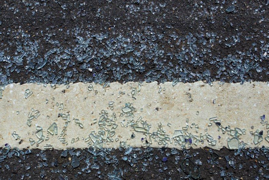 Razbito steklo na cesti. Slika je simbolična.