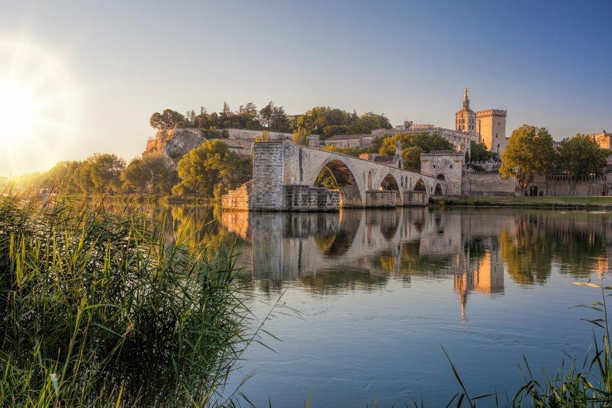 Sprehodite se čez srednjeveški most v Avignonu.