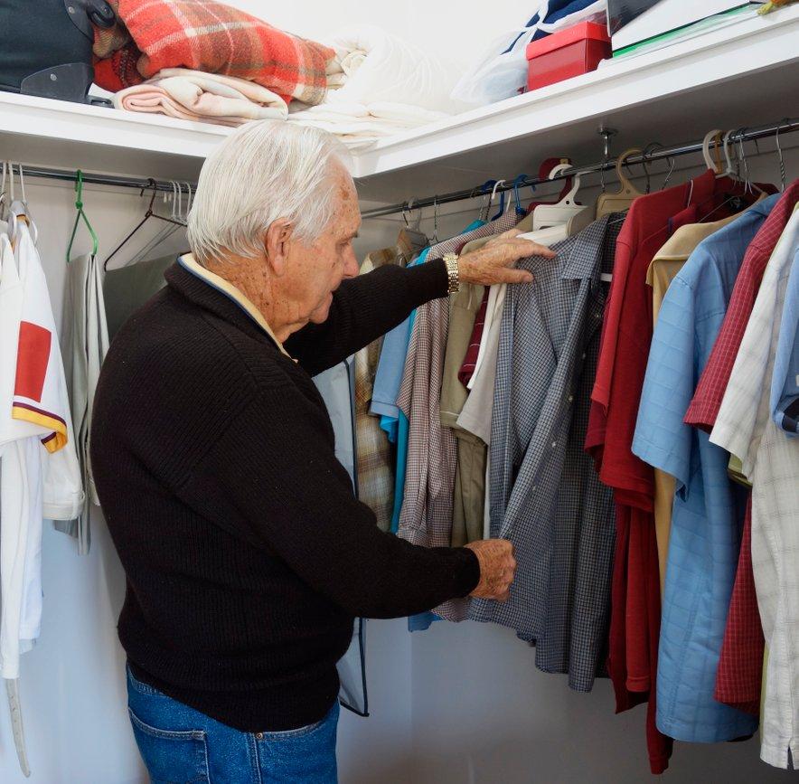 Za starejše osebe so najboljše nizke in pregledne omare.