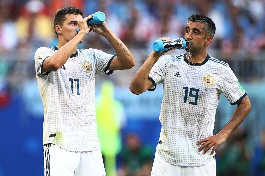 Številni nogometaši prekinitev igre izkoristijo za požirek ali dva tekočine, s katero pa si običajno zgolj navlažijo usta.