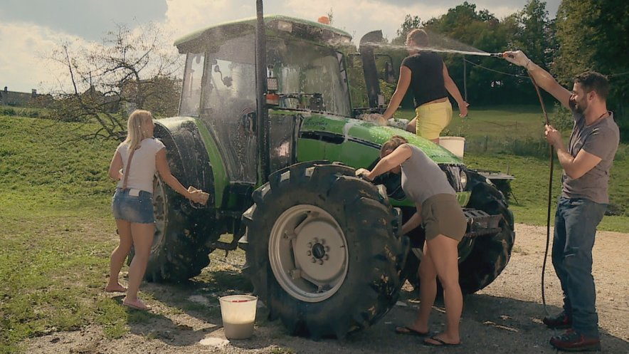 Vildiana je druščino zmotila po pranju traktorja, kjer ni manjkalo pikantnih opazk.