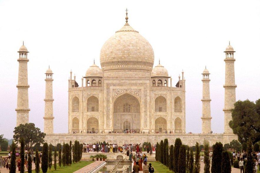 Taj Mahal je najlepši arhitekturni spomenik ljubezni, ki ga je iz belega marmorja kar 23 let gradilo več kot 20 tisoč delavcev.