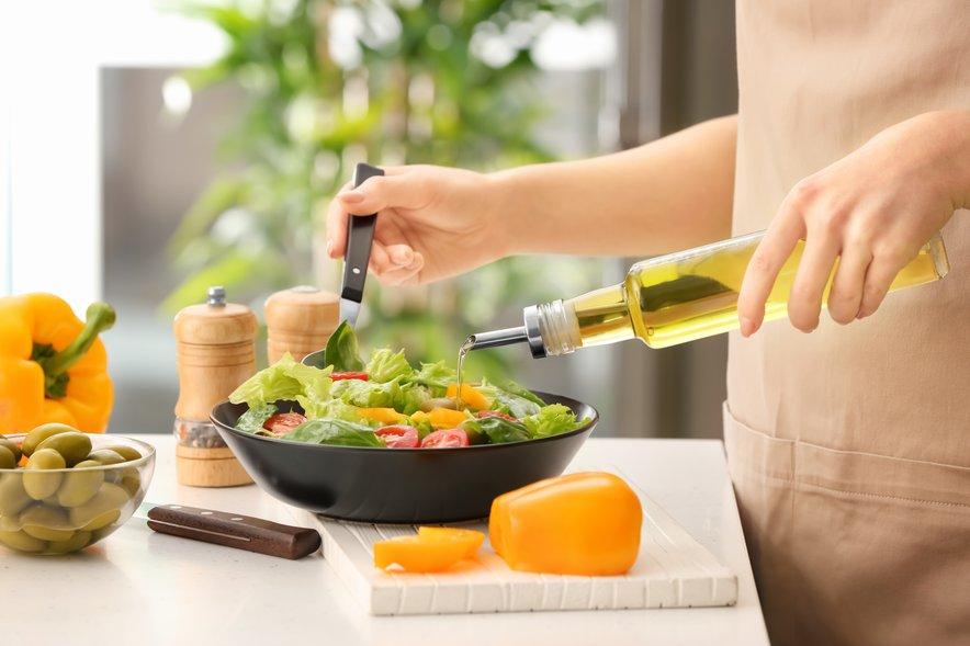 Olivno olje je vir zdrave maščobe. Marsikdo, ki ima težave s težo, se boji maščob. A študije so pokazale, da olivno olje v telesu ne deluje tako, da bi se nabirali odvečni kilogrami.