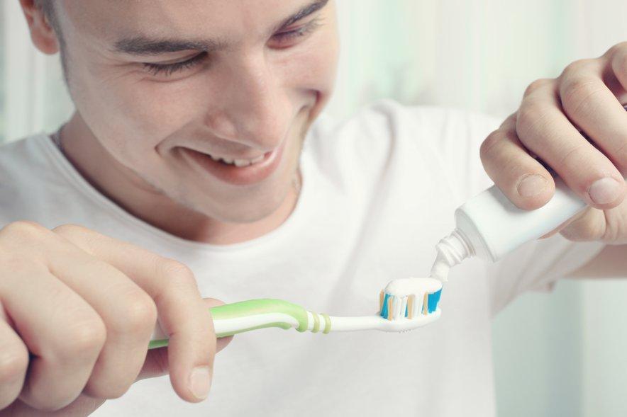 Uporabite centimeter do dva zobne kreme, ki naj vsebuje fluoride.