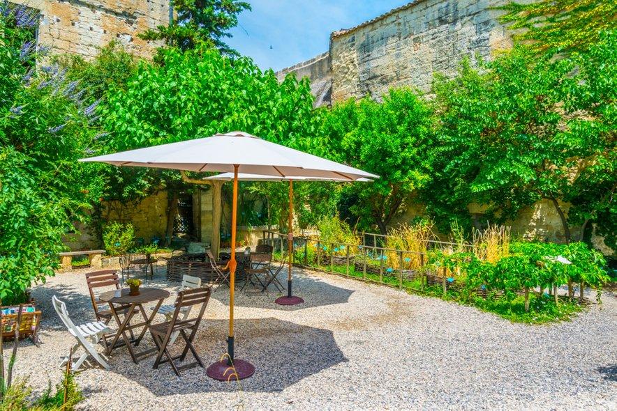 Uzes je romantično mesto, kjer lahko uživate na grajskih vrtovih.
