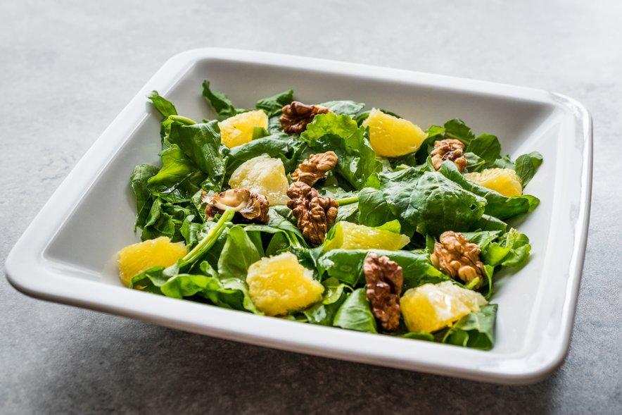Zdravo vegetarijansko in vegansko prehrano vsak dan sestavljajo različna zelenjava, sadje, polnozrnata žita, stročnice, oreščki in semena.