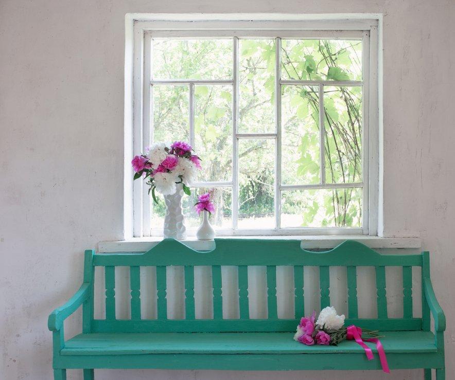V hodnik lahko namestite klop žive barve.