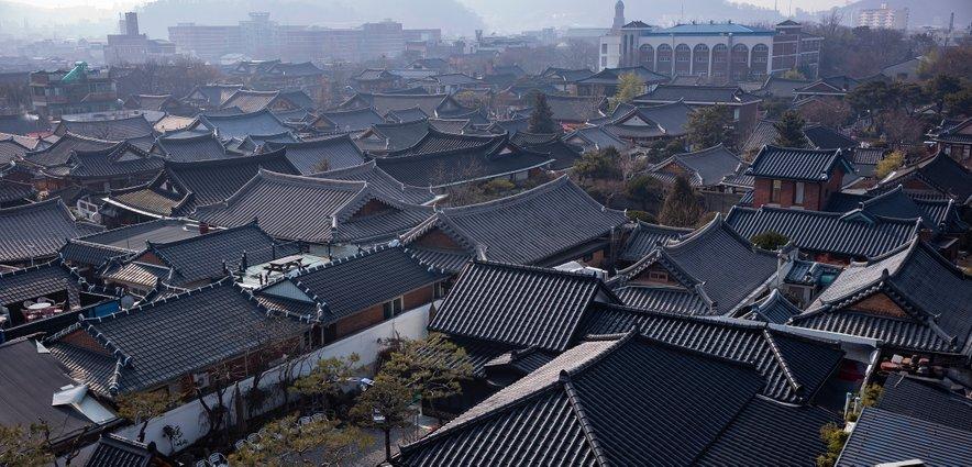 Mesto Jeonju sestavlja 800 stanovanjskih zgradb in trgovin, ravnih hiš s temnimi strešniki in umetelnimi zatrepi.