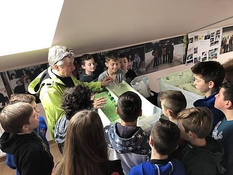 Dogodek je pripravil in izvedel Jože Papež, strokovnjak na področju poplavne varnosti, in z izvajanjem navdušil mlado občinstvo.