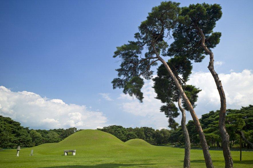Grički, ki nekoliko spominjajo na kuliso risanke Telebajski, so v resnici grobnice vladarjev dinastije Silla, ki so temu delu Koreje vladali do leta 935.