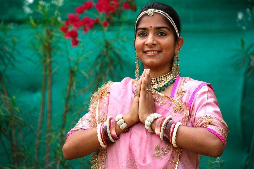 Indijci se ne rokujejo, temveč se pozdravijo s sklenjenimi dlanmi in rahlim priklonom.