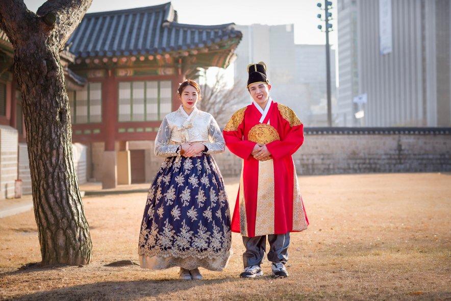 Številni obiskovalci v Jeonjuju svojo vsakodnevno obleko zamenjajo za tradicionalno nošo hanbok.
