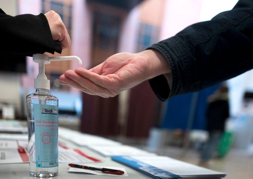 Kot so ugotovili virus na kartonu ostane tudi do 24 ur. Na površinah iz plastike ali nerjavečega jekla pa tudi do dva oziroma tri dni, piše britanski BBC.