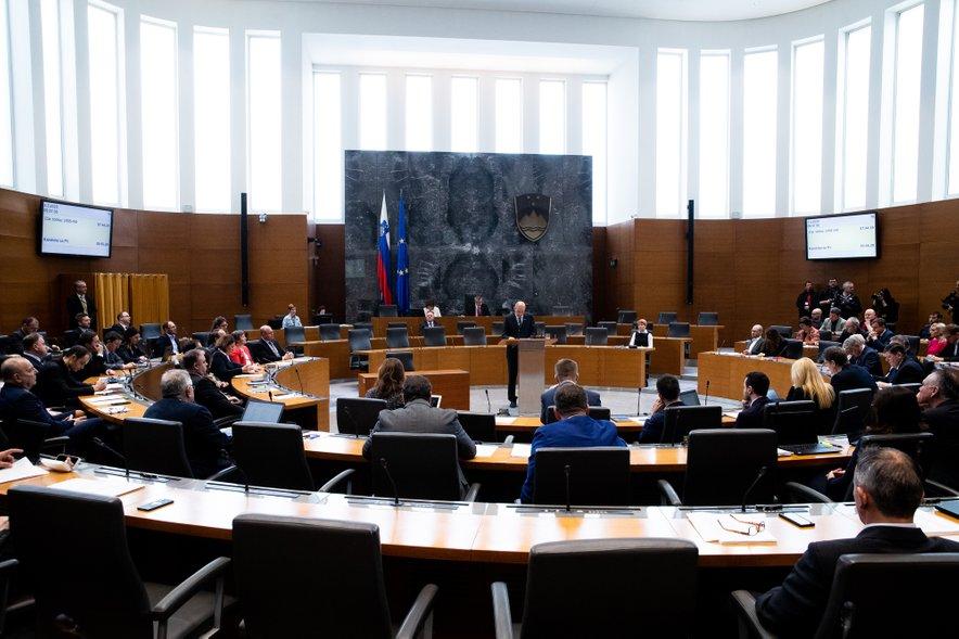 Poslanci so potrdili prvi paket ukrepov za pomoč gospodarstvu.