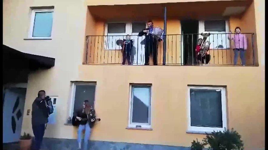 Številni Slovenci, ki so v izolaciji, pojejo in igrajo kar na balkonih. Pridružite se jim ali pa uredite svojo glasbeno zbirko in uživajte doma.