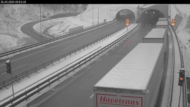 Zaradi snega so nastale številne težave v cestnem prometu.