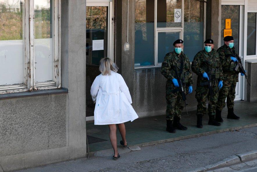 V Srbiji strogo kaznujejo vse, ki kršijo navodila o samoizolaciji.