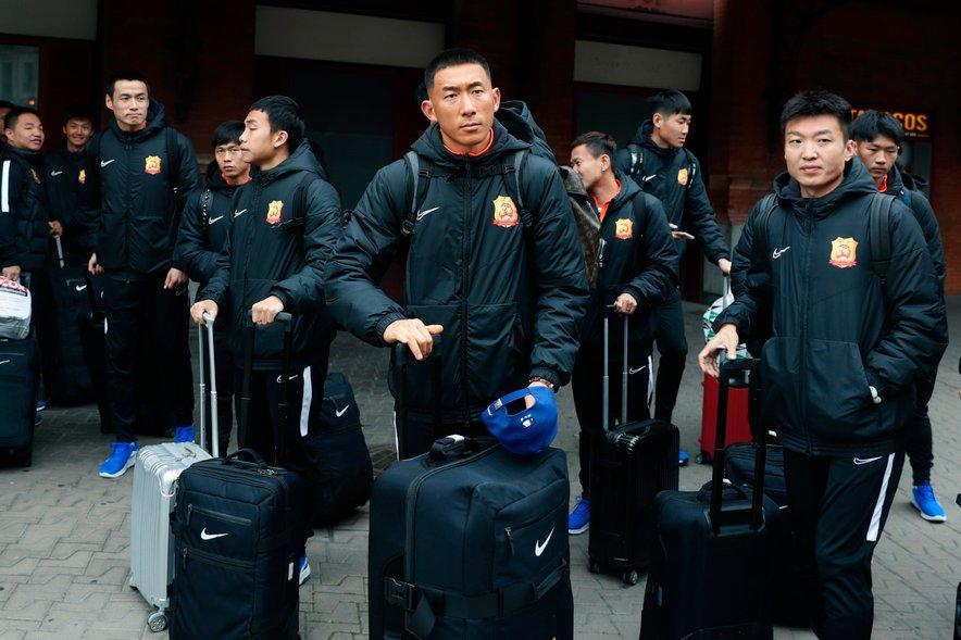 Nogometaši ekipe Wuhan Zall čakajo na informacije na železniški postaji Atocha v Madridu.