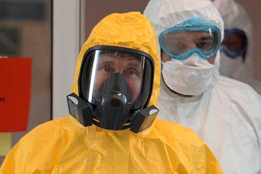 Ruski predsednik Vladimir Putin je v zaščitni obleki pred dnevi obiskal bolnišnico.