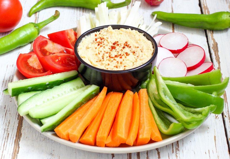 Zaradi kombinacije vlaknin, ogljikovih hidratov in beljakovin je humus zelo nasitno živilo. Še posebej, če ga boste kombinirali z zelenjavo.