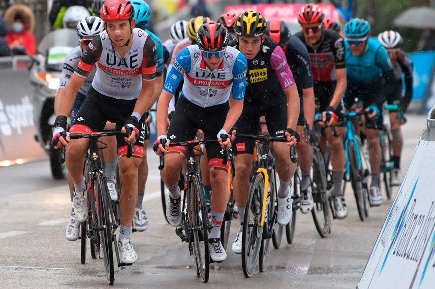 Profesionalni kolesarji prisegajo na različne rešitve. Tadej Pogačar ima s svojo ekipo npr. čevlje na vezalke.