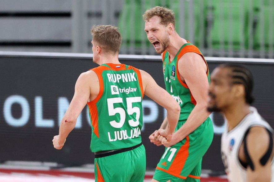 Cedevita Olimpija (na fotografiji Luka Rupnik in Jaka Blažič) je odločno začela z nastopi v končnici državnega prvenstva.