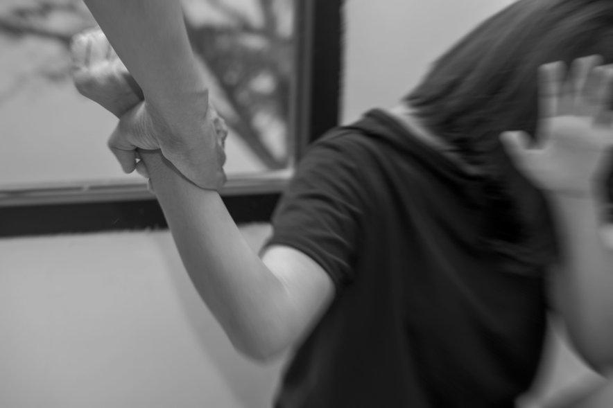 Moški je pod vplivom alkohola fizično napadel svojo partnerko (slika je simbolična).