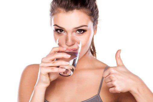 Za zdravo in sijočo kožo je ključnega pomena tudi to, da skozi dan popijete dovolj vode.
