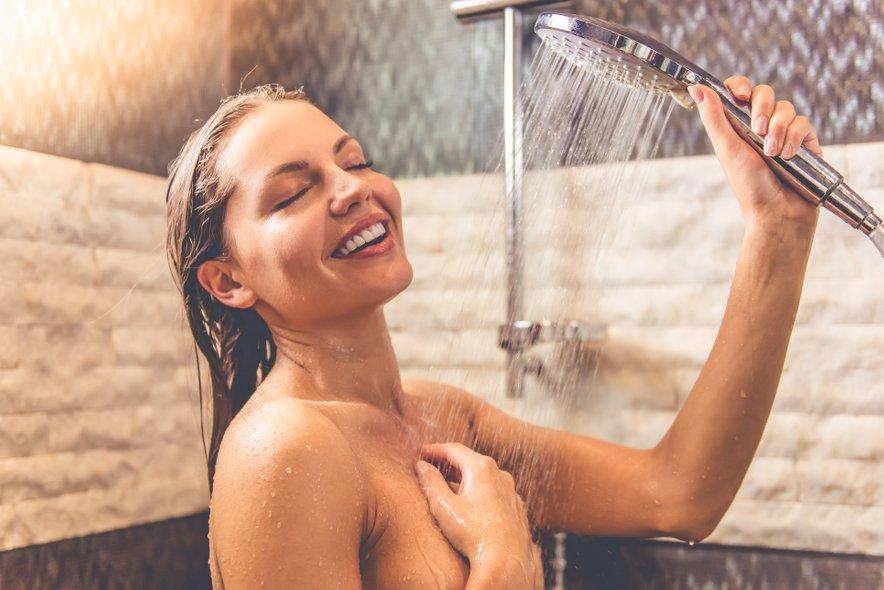 Po tuširanju pa je priporočljivo, da kože ne drgnete z brisačo, temveč jo samo popivnate.