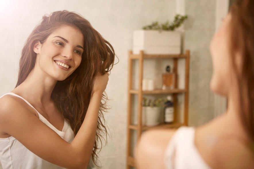 Po umivanju lase splaknite s hladno vodo, ki bo prispevala k večjemu sijaju in jih zavijte v brisačo ter počakajte pet minut.
