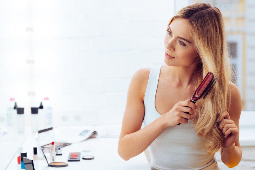 Toplotne naprave za lase lahko močno izsušijo vaše lase, sušenje las s sušilnikom pa lahko poleg izsušitve vodi tudi do razcepljenih konic