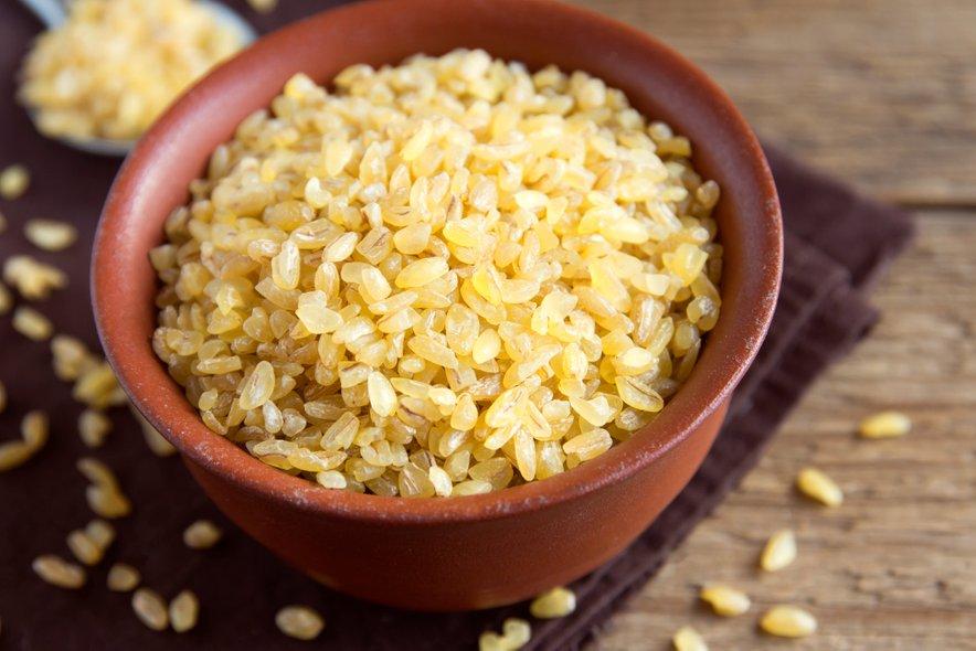 Bulgur je narejen iz durum pšenice s posebnim postopkom parjenja, sušenja in drobljenja, zaradi česar med procesom ohrani večino hranljivih snovi.