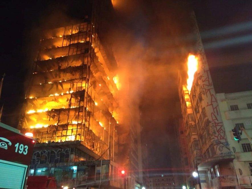 Požar naj bi izbruhnil zaradi eksplozije plina.