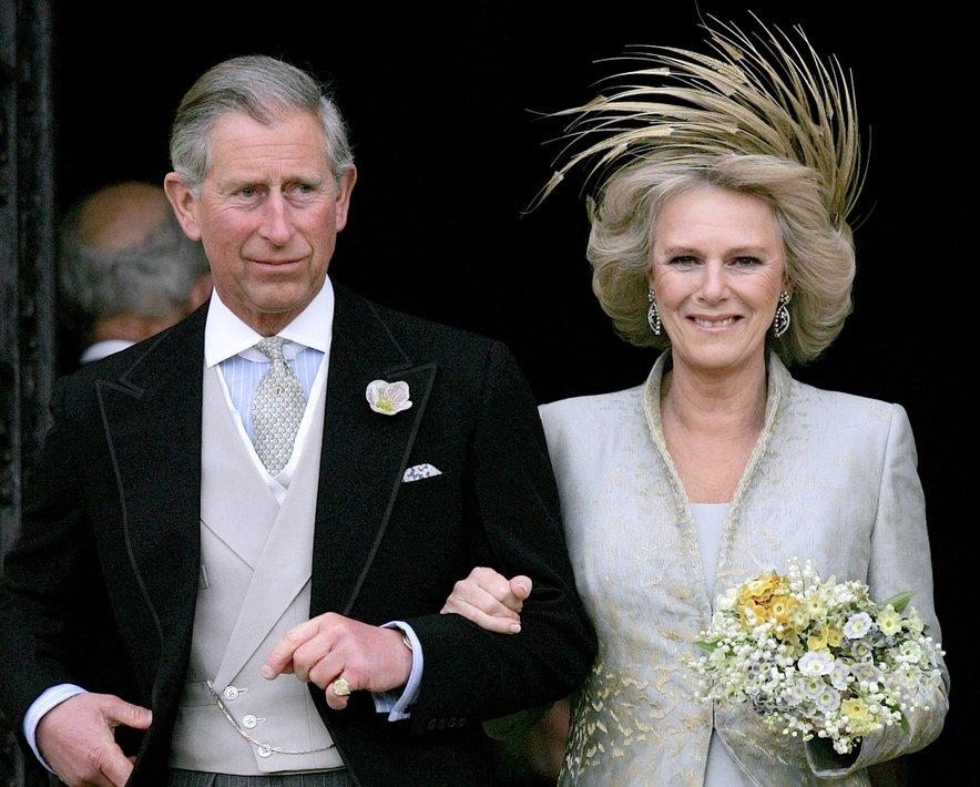 Par je zvezo začel leta 1971. To je bilo leto, ko je Charles Camillo predstavil kraljevi družini, ko se je vrnil v mornarico, pa sta zvezo za nekaj časa prekinila. Leta 2005 sta se končno poročila.