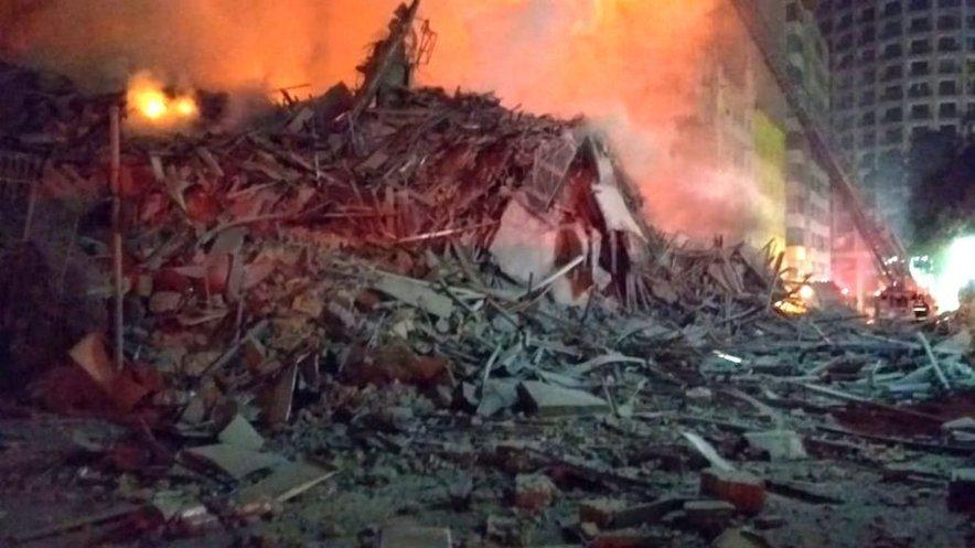 Ogenj je stavbo povsem uničil, da se je sesula v prah.