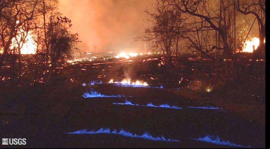Modri plameni nastanejo, ko vroča lava preplavi rastline, pri čemer se kot stranski produkt goreče vegetacije sprošča plin metan, ki se skladišči v podzemnih razpokah in pri segrevanju eksplodira.