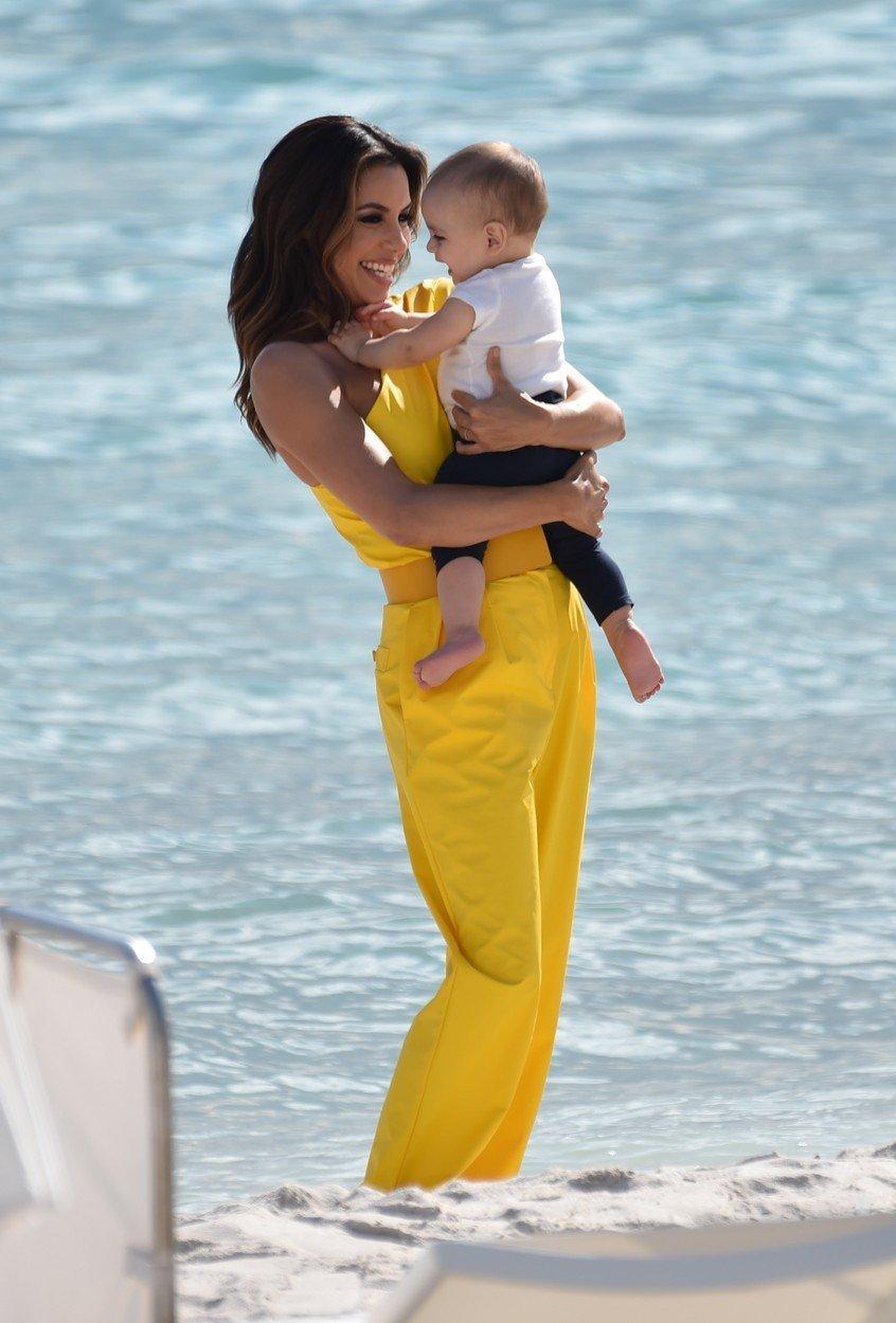 Eva Longoria Baston s sinom na plaži v Cannesu