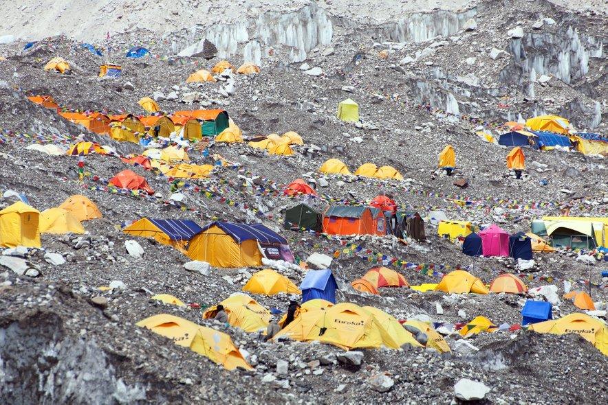 Kitajci so na severni steni postavili čistilne postaje, namenjene recikliranju in uničenju smeti, medtem ko na nepalski strani smeti pobirajo ekspedicije pod vodstvom nepalskih vodnikov (šerp). Te odpadke pustijo na dogovorjenih točkah, kjer jih nato poberejo helikopterji.