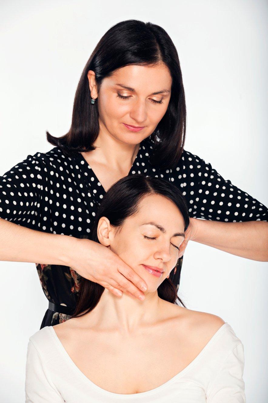 Z obrazno refleksoterapijo uravnovešamo delovanje telesa in odpravimo določene fizične težave, hkrati smo deležni še pomlajevalnega učinka.