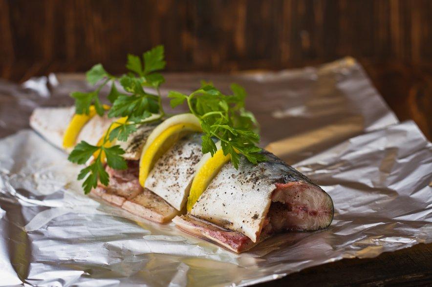 Citronska kislina in sol pri pečenju povečujeta izločanje aluminija iz alufolije v hrano.