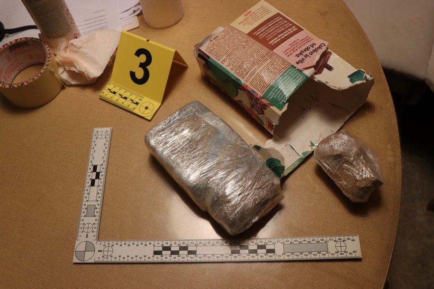 Zaseženi paketi heroina, ki so bili skriti med pošiljko lepila za keramiko.